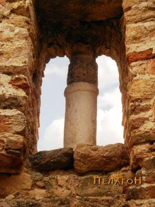 Прозорецот на апсидата раздвоен со мал мермерн столб