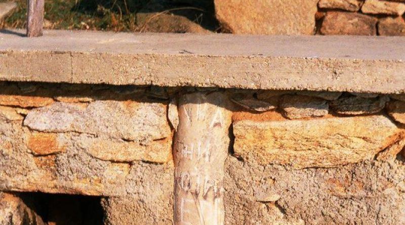 Фрагмент од мал мермерен столб вграден во гроб