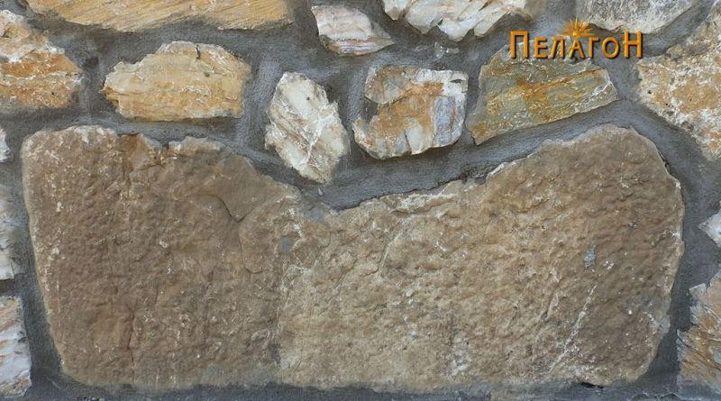 Мермерен блок на северниот ѕид