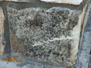 Мермерен блок на западниот агол од северниот ѕид