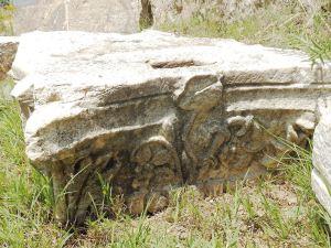 Мермерен блок со релјефно украсување - фрагмент