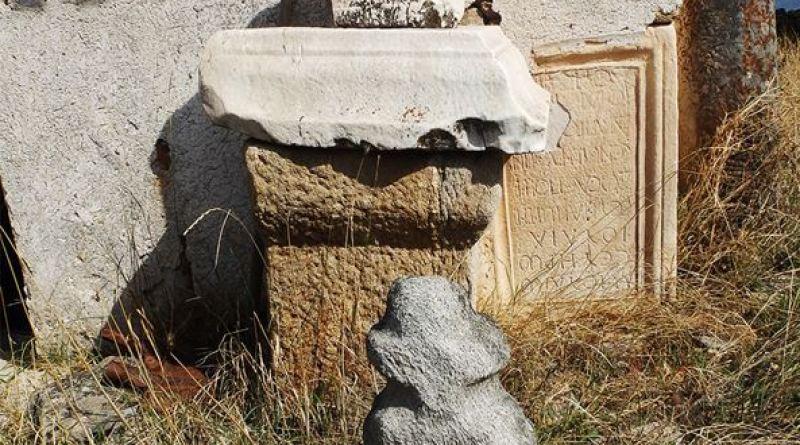 Неколку стари камени елементи