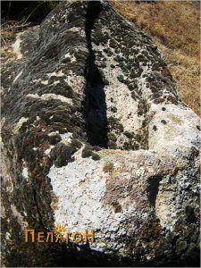 Помал издлабен објект на столбестата форма од карпата со гробницата