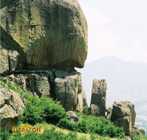 """Поглед на култниот објект со исправена карпа и дел од големата карпа """"Баба"""""""