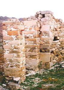 Колонада од ѕидани столбови во една од црквите
