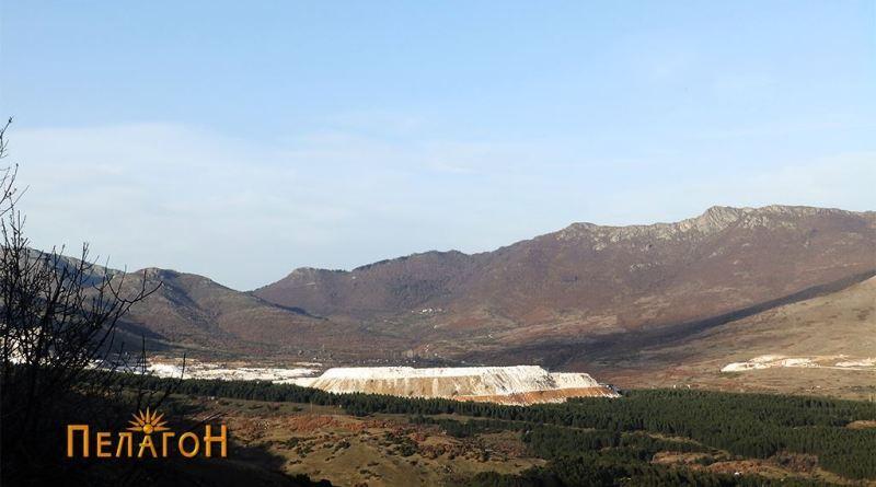 """Јаловината од рудникот """"Сивец"""" со ддолината под превојот """"Дервен"""""""