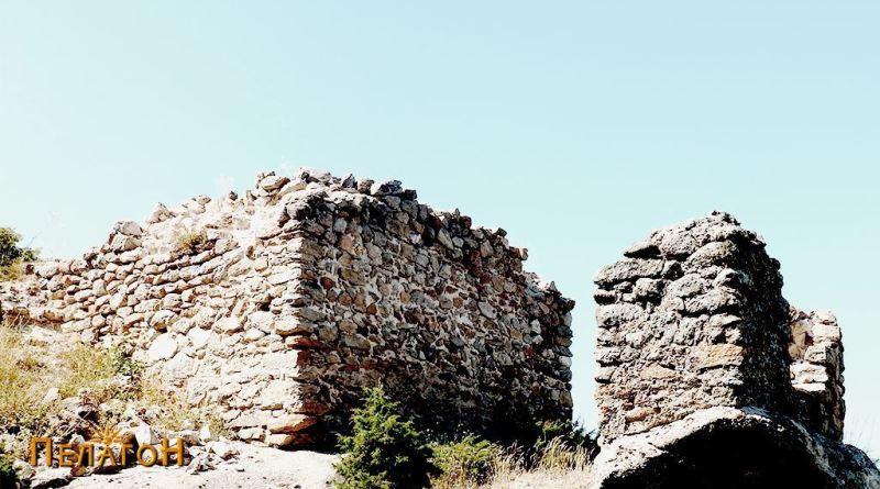 Остатоци од градбите во повисокиот дел на Чардак