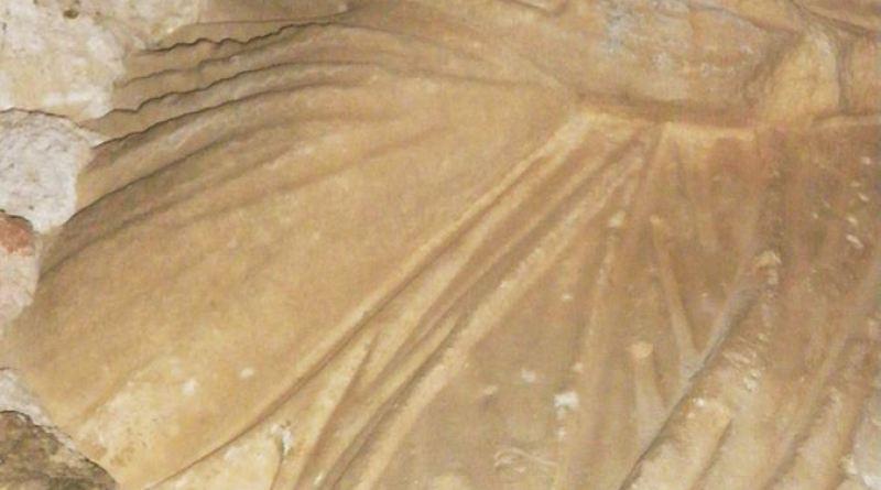 """Фрагмент од античка скулптура - """"скаменетиот убиец"""" - од надворешната страна на ѕидот на црквата"""
