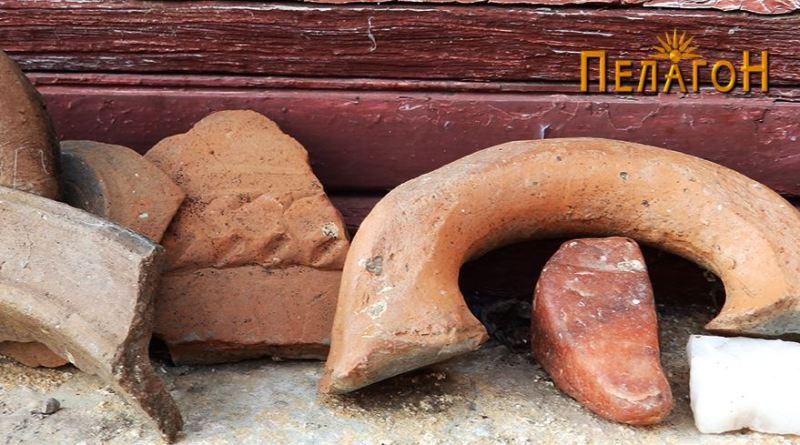 Фрагменти од керамички садови во една од селските куќи 3