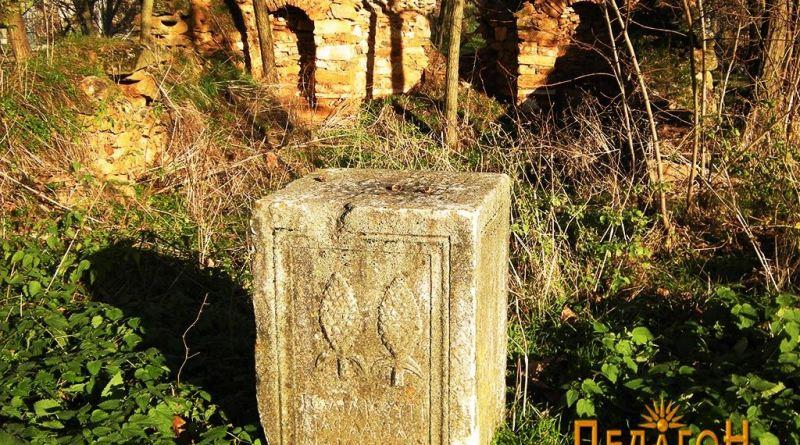 Антички споменик со украсување и натпис - со старата црква