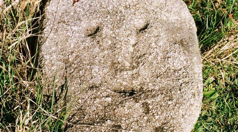Главата на антропоморфната стела