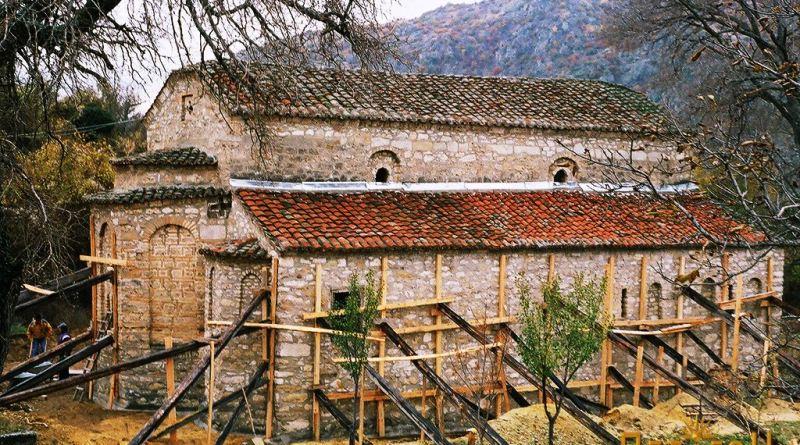 При реконструкција на градбата - зацврстување на темелите