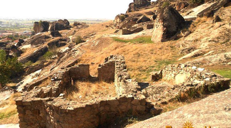 Остатоци од црква во рамките на средновековен имот над Варош