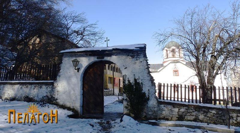 Пред влезот во манастирот