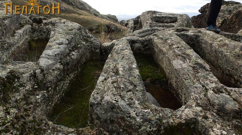 Неколку гроба од некрополата