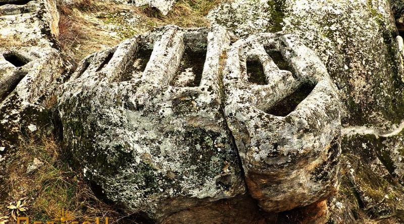 Дел од гробовите на издвоена карпа