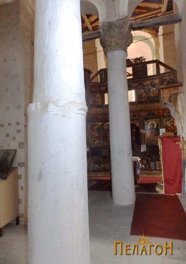 Дел од столбовите од мермер од постара градба во црквата