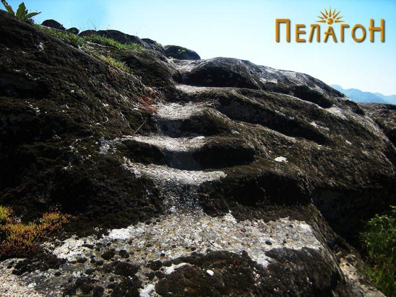 Скали кои водат до највиоокиот дел од карпата од југозападната страна