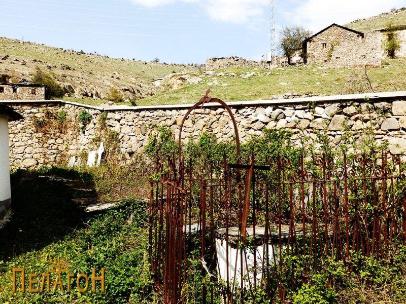 Гробот на Спиро Степанов со западниот дел од оградата на црквата