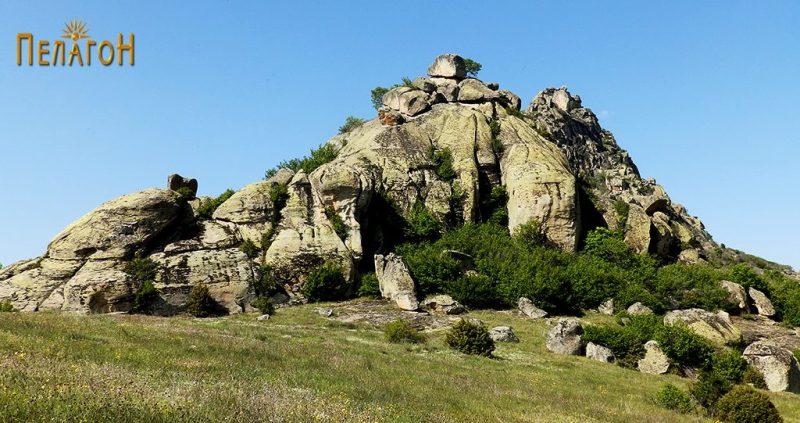 Карпестиот врв северно од некрополата со површината на која се наоѓале гробовите