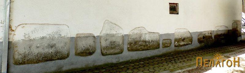 Мермерни елементи од античка градба на северниот ѕид на црквата