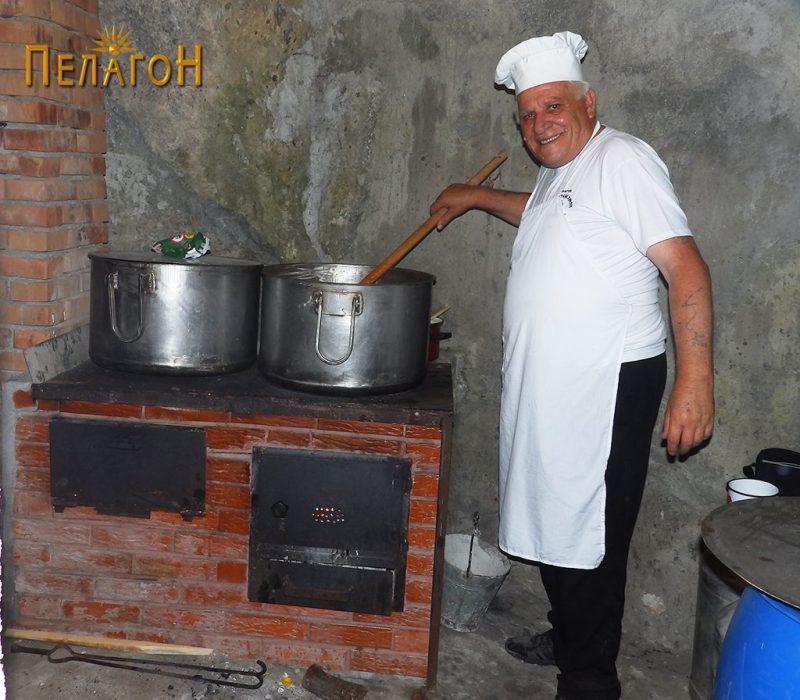 """Делот во карпа во малата кујна на """"Св. Пантелејмон"""" со готвачот"""