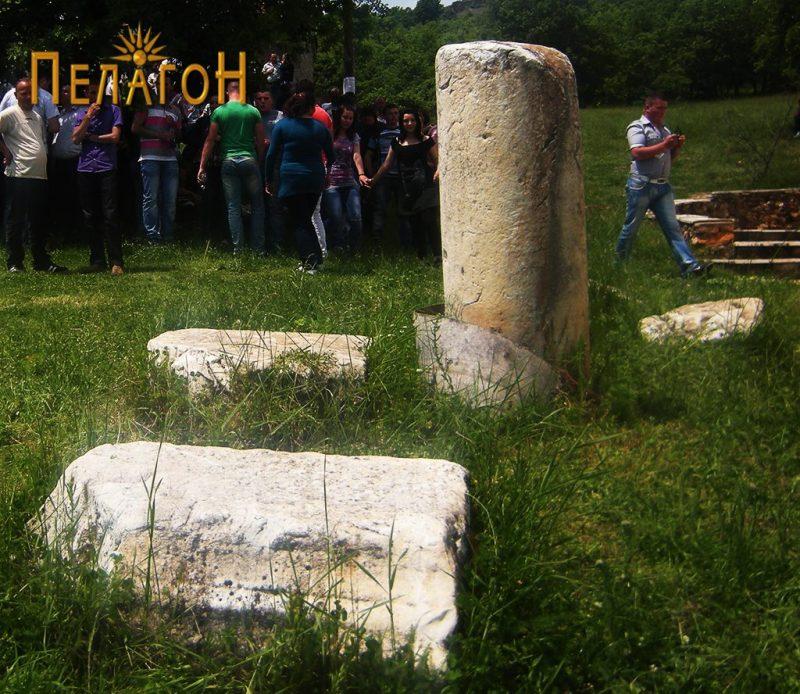 Повеќе мермерни споменици во близина на црквата