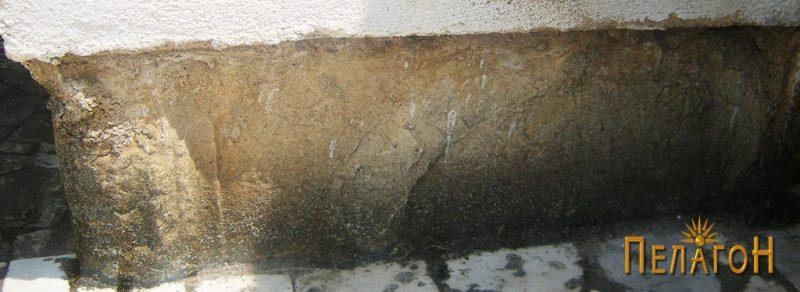Голем мермерен блок на левиот агол на западниот ѕид со уништена гирланда