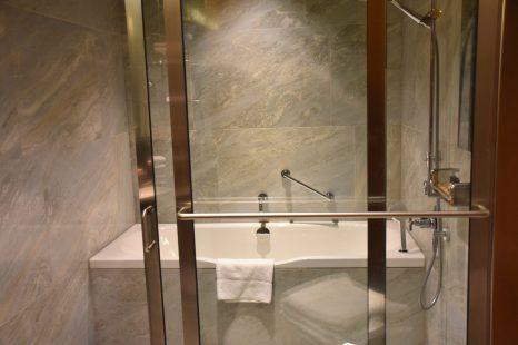 Snyggt badru med både reggndusch och badkar