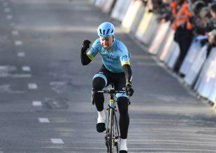 Astana vence Omloop com Valgren