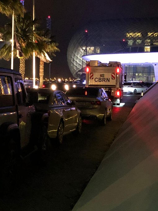 Equipes de TV acompanham ambulância que levou ciclistas para hospital.