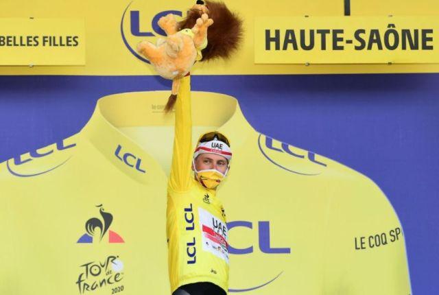 Tadej Pogacar no pódio do Tour de France com a camisa de vencedor e o mascote leão em suas mãos | Foto A.S.O.