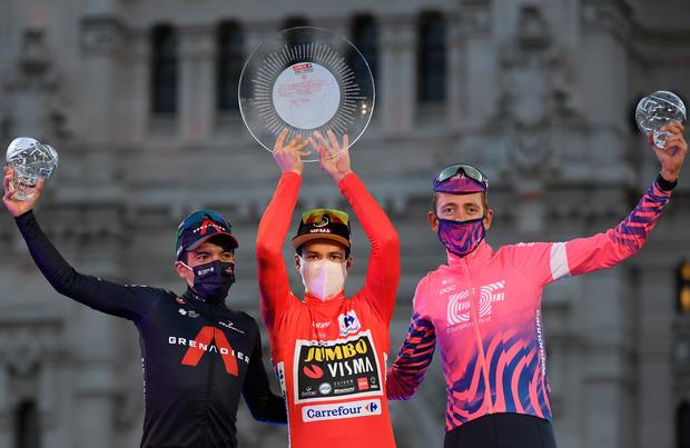 Pódio da Vuelta 2020 com Hugh Carthy, Richard Carapaz e Primoz Roglic, Roglic segura o troféu de campeão da prova