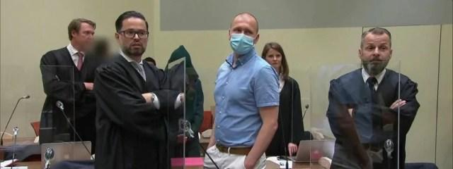 Mark Schmidt ao centro durante julgamento em Munique