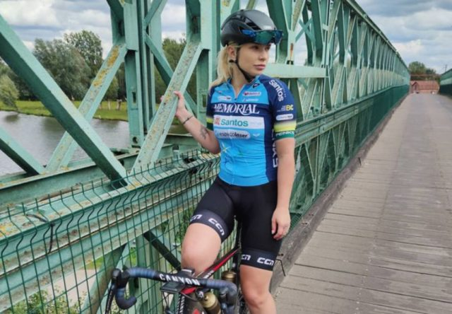 Tara Gins com uniforme da Memorial Ciclismo na Bélgica