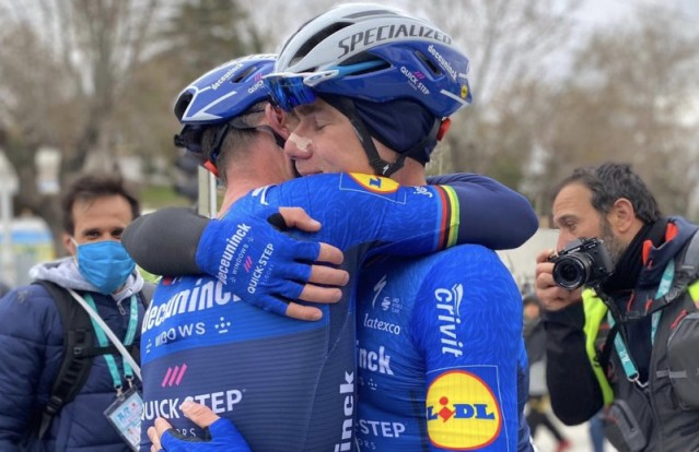 Mark Cavendish abraça Fabio Jakobsen após vitória na Turquia | Foto Deceunicnk Quick Step