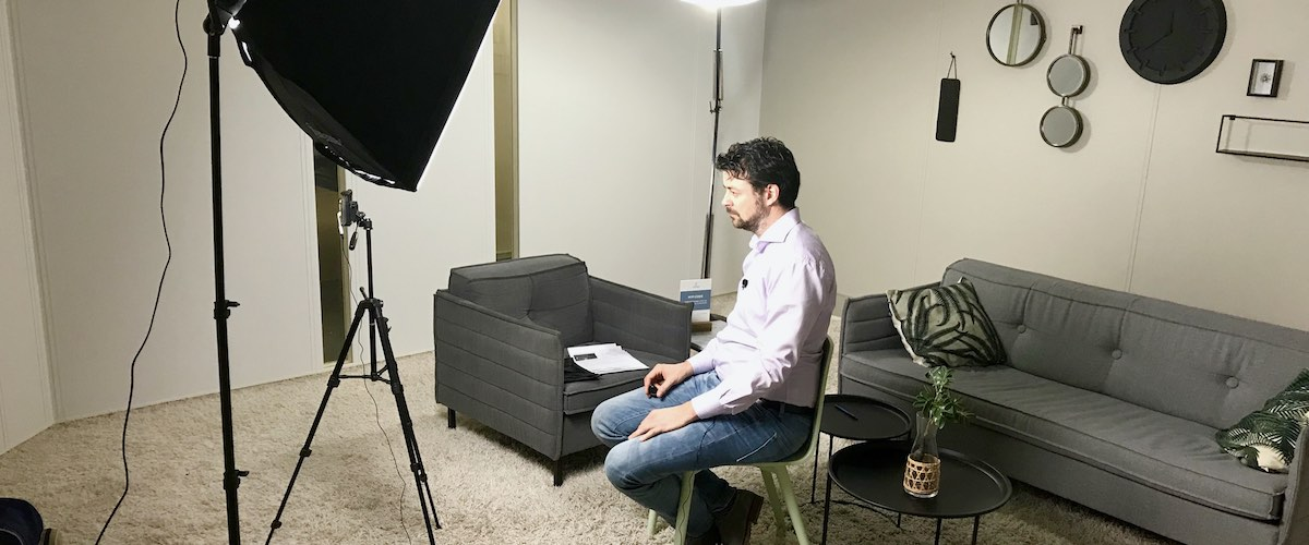 Jeroen Egging van Intelligent Online tijdens zijn videotraining op maat
