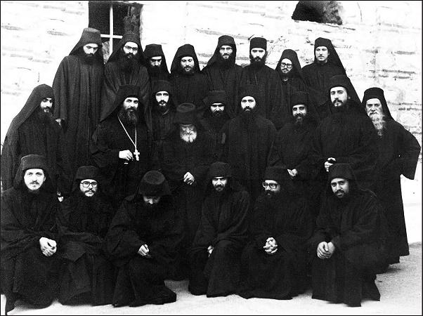 Ο άγιος Παΐσιος με την αδελφότητα της Μονής Οσ. Γρηγορίου (1978). Η φωτογραφία μας έχει ευγενώς προσφερθή από τον Σεβ. Μητροπολίτη Ναυπάκτου κ. Ιερόθεο.