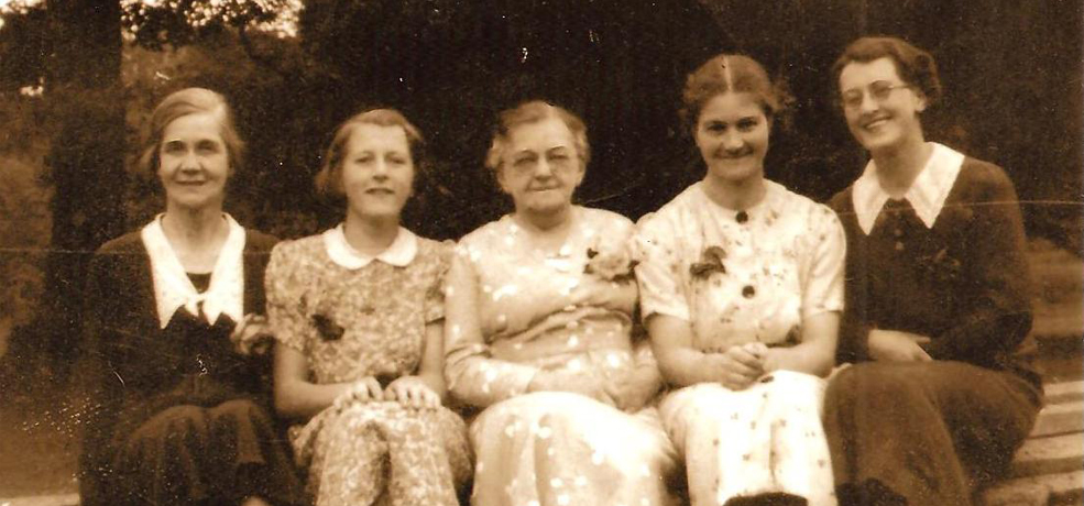 From left to right: Ruth Matthews – Head House Maid, Ada Beare – 3rd House Maid, Miss Coombes – Head Housekeeper, Margery Gill – Kitchen and Scullery Maid, Beryl Beare – Parlour Maid.  Photo taken outside Pencarrow House in 1939