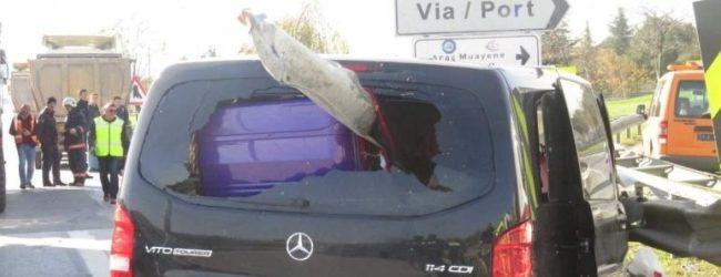 Pendik'te Feci Kaza! Bariyer Aracın İçine Saplandı