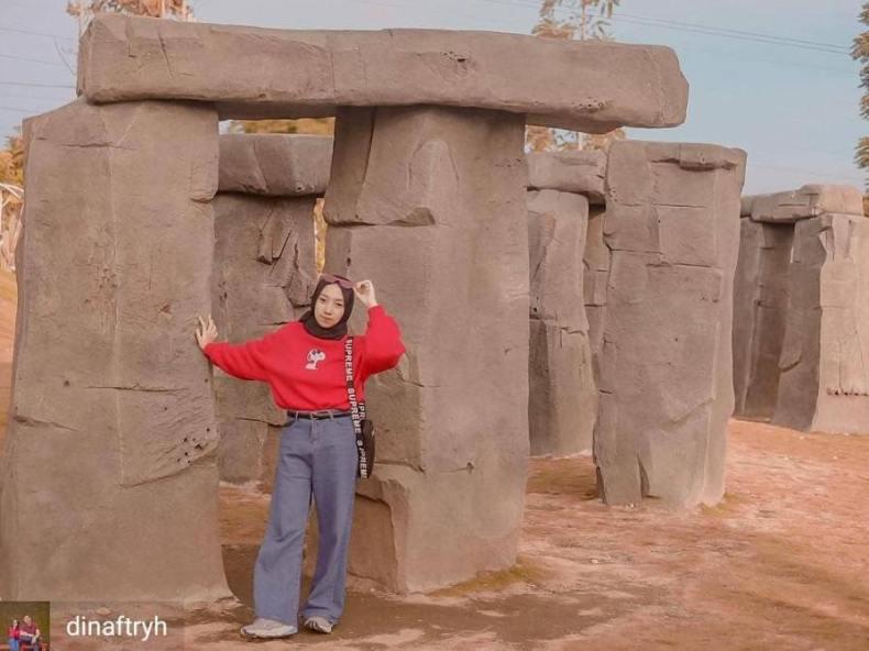 gambar stonehenge taman bunga celosia bandungan semarang