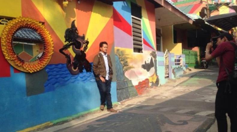 gambar tembok wayang kampung pelangi kota semarang jawa tengah