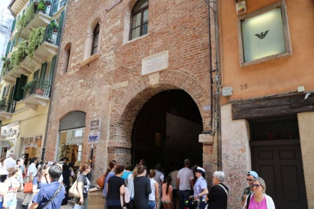 Entrance to Casa di Giulietta (Juliet's house), Verona, Italy Photo: Peninsularity Ensues