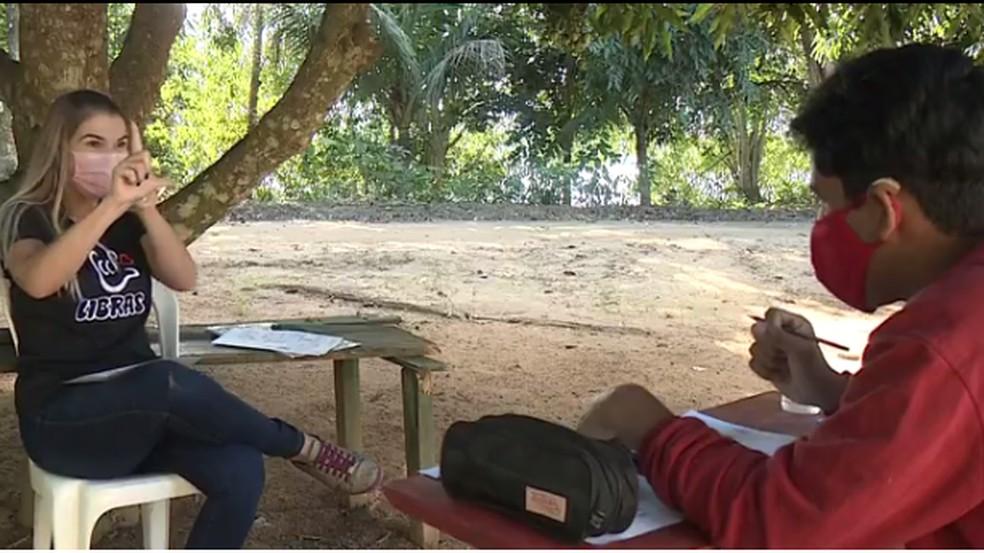 Professora percorre 40 km para dar aula a aluno surdo na pandemia