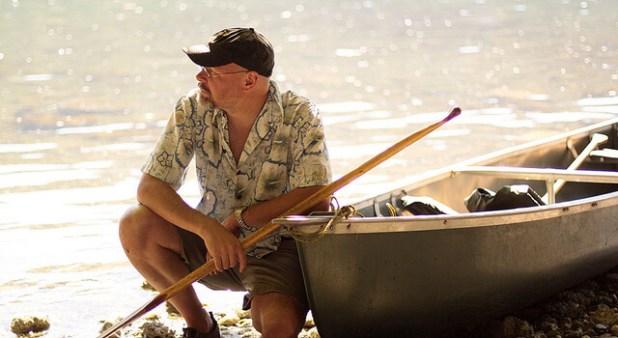 איש זקן ליד הים
