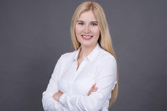 Teamfoto, Mitarbeiterporträt weiblich, professionelle Firmenfotos von People-Pictures. Deinem Fotostudio in Freising und München