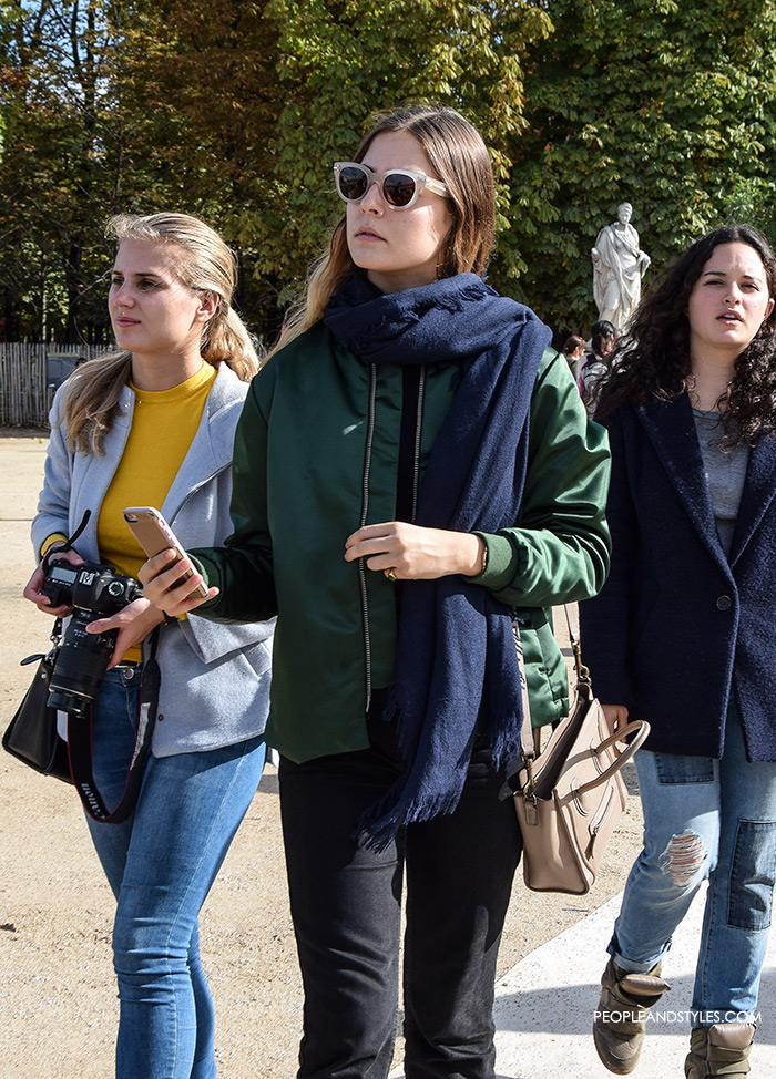 How to wear green bomber jacket, Magdalena De La Torre, long scarf and white sneakers, sexy look with bomber jacket, street style fashion inspiration from streets of Paris, Paris Fashion Week Spring Summer