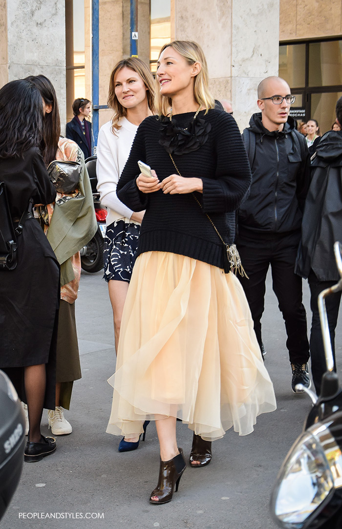 paris street wear fashion Style Idea: Sweater and Tulle Skirt Make a Stylish Pair! Tulle skirt paired with soft oversized sweater, chic street style look from Paris Fashion Week