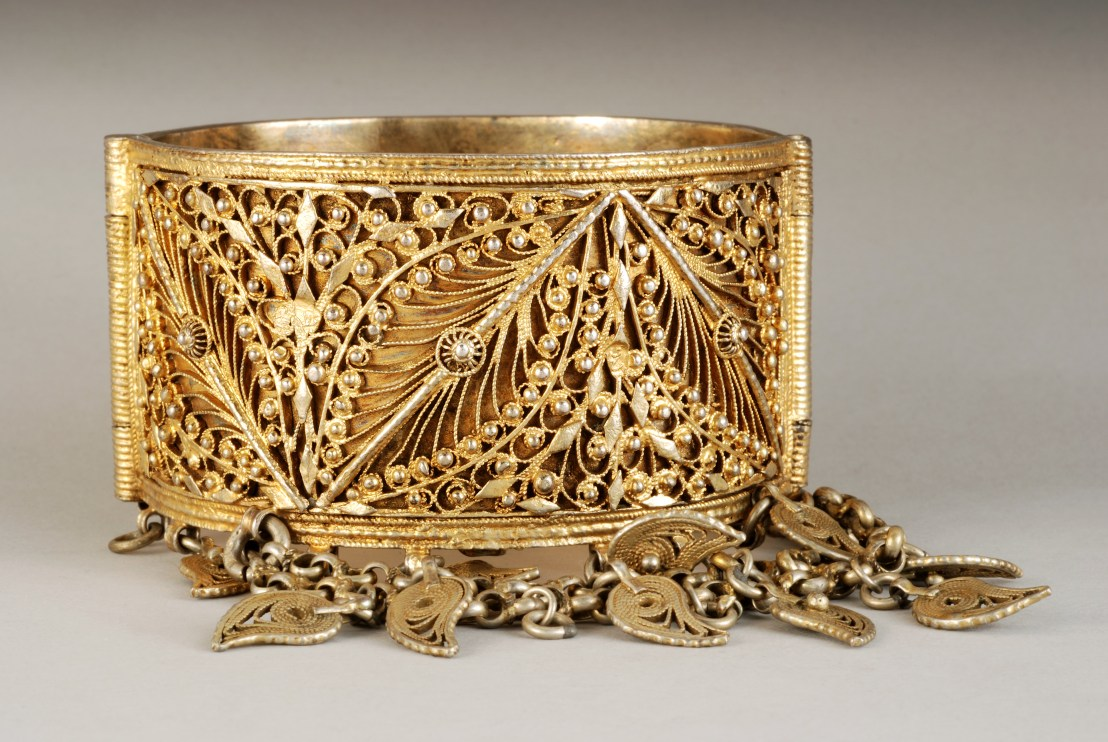 Armenian female bracelet, late 19th century. Floral patterns, decorated with pendants shaped leaves made of vermeil filigree. - Armenian Museum of France
