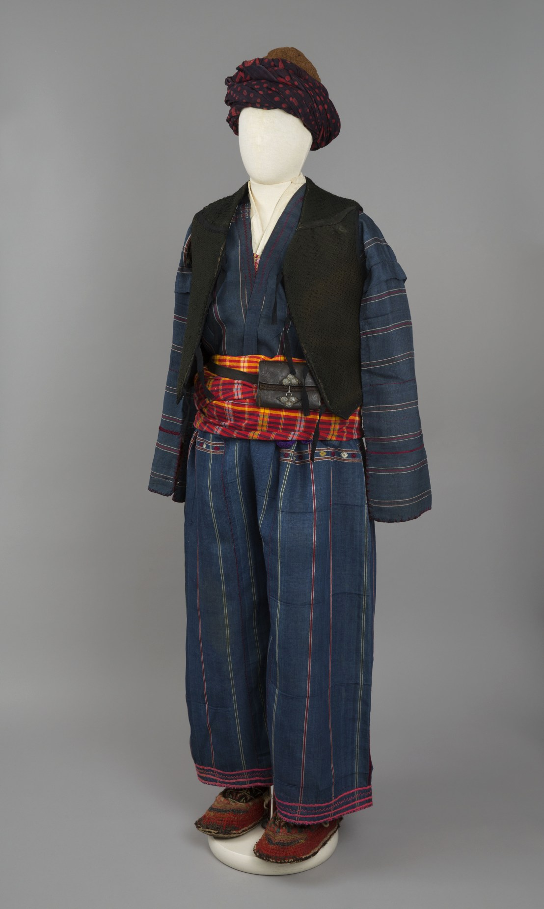 Armenian male costume of an inhabitant of Shatakh, early 20th century. – The Russian Museum of Ethnography